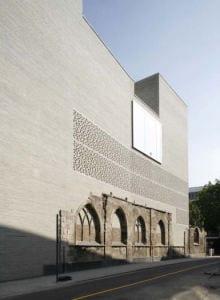 bauen mit beton und ziegeln_moderne ziegelfassade grau mit löchung für kreative lichtgestaltung im raum_peter zumthor