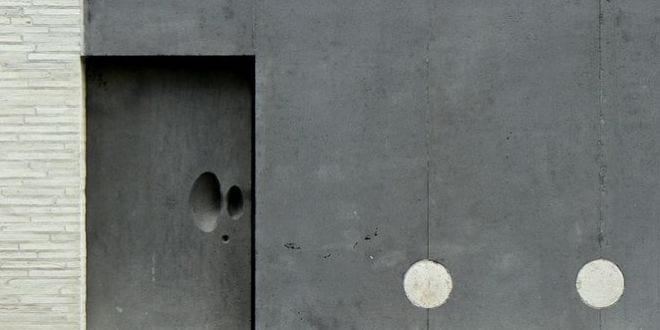 bauen mit naturstein_interessante Eingangstür aus basalt und kreative eingangssituation_das kolumba museum in köln