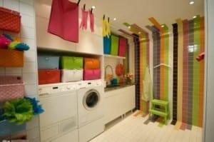 bunte farbgestaltung für kleine waschküche mit bunten fliesen
