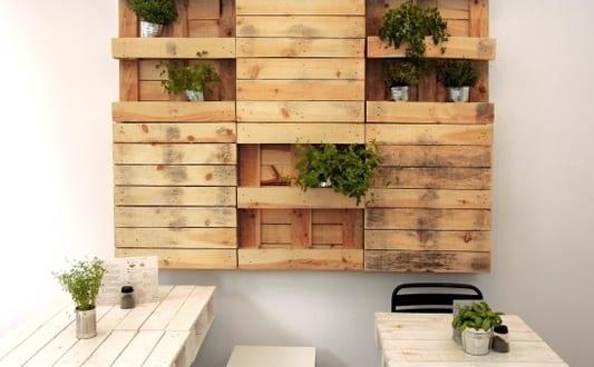Coole wanddeko selber bauen aus paletten als kreative und for Wanddeko balkon