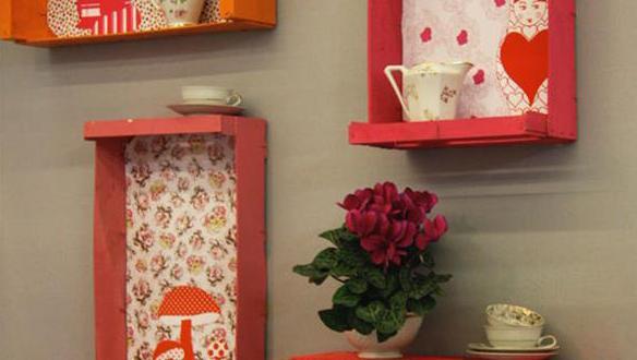 coole Wanddeko und Farbgestaltung mit bunten DIY Wandregalen aus paletten