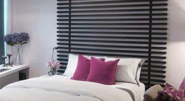 coole deko idee und farbgestaltung schlafzimmer mit kofteil aus schwarzen brettern und moderne bettwäsche weiß-grau