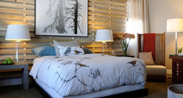 coole deko ideen schlafzimmer mit holzwandgitter und naturstein nachttischen mit weien nachttischlampen - Coole Nachttischlampen