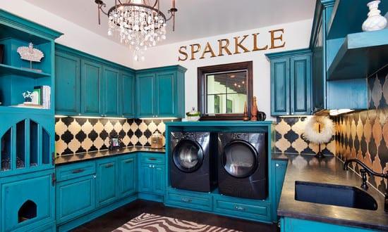 coole einrichtungsidee für waschküche mit schwarzen waschmaschine und trockner und blauen holzschrönken