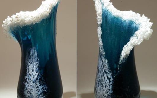 coole-tischdekoration-mit-glasvasen-und-kreative-glasskulpturen
