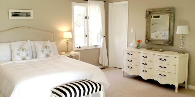 elegante deko idee schlafzimmer und farbgestaltung in wei schwarz mit wandfarbe beige freshouse. Black Bedroom Furniture Sets. Home Design Ideas