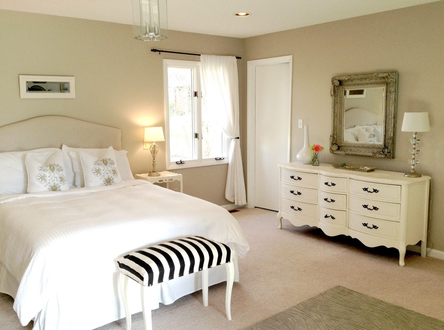 Perfekt Elegante Deko Idee Schlafzimmer Und Farbgestaltung In Weiß Schwarz Mit  Wandfarbe Beige