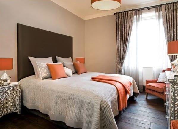 Kleine Schlafzimmer Optisch Vergrößern Mit Wandfarbe Hellgrau Und  Aprokose Farbakzent