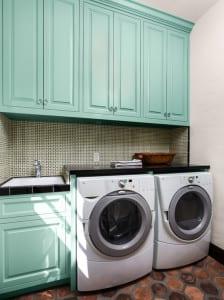 kleine waschküche einrichtungsidee mit holzschränken in hellblau