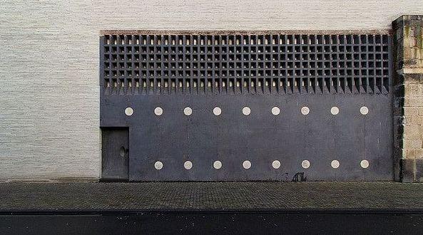 kombination von moderner und mittelalterlicher architektur_bauen mit beton und basalt