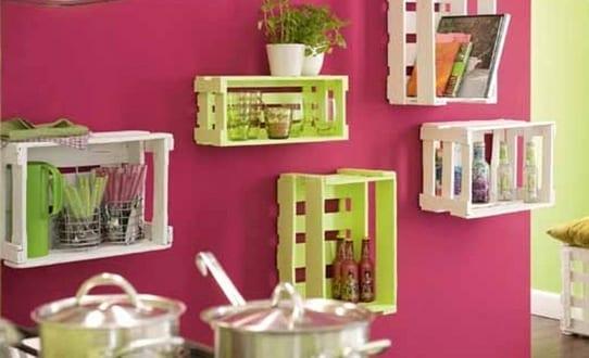 kreative idee f r die k che mit diy wandregalen in gr n und wei aus paletten freshouse. Black Bedroom Furniture Sets. Home Design Ideas