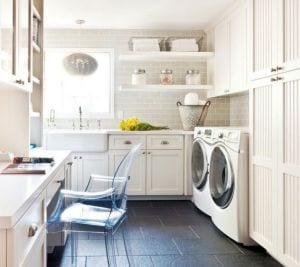 kreative idee für waschküche in weiß mit schwarzen bodenfliesen