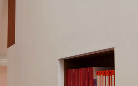 kreative-platysparende-idee-mit-wandnischen-und-eingebauten-bücherregalen