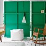 moderne raumgestaltung mit holzboden weiß und freistehenden raumteiler-elementen in grün
