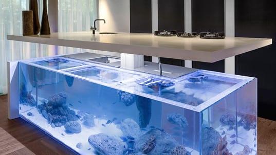 kreative und moderne k che mit wei em aquarium kochinsel freshouse. Black Bedroom Furniture Sets. Home Design Ideas