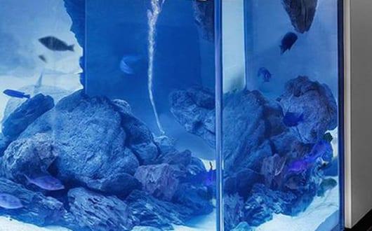 moderne-Kochinsel-weiß-mit-Aquarium-von-Robert-Kolenik