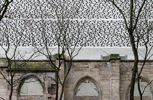 moderne architektur trifft vergangenheit_kreative fassade aus ziegeln und steinen