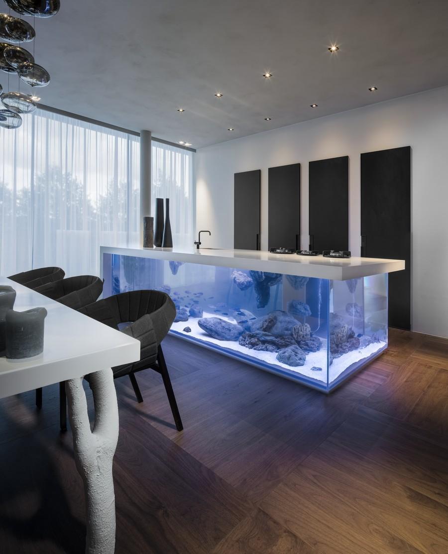 moderne küche einrichtung mit Aquarium-Kochinsel in weiß - fresHouse