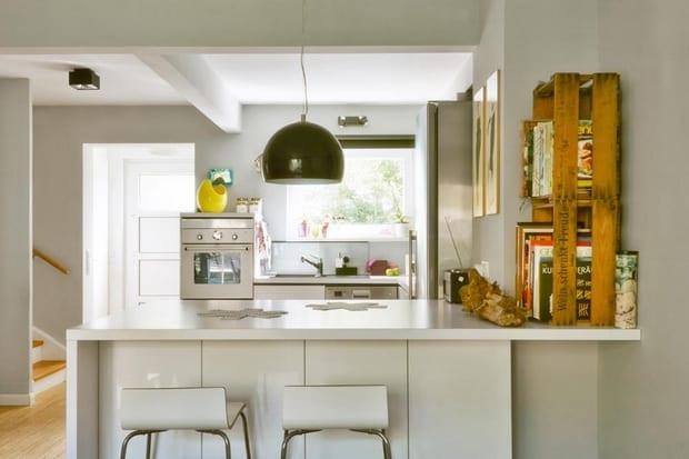 moderne k che wei mit kreativen diy regalen aus paletten in gelb freshouse. Black Bedroom Furniture Sets. Home Design Ideas