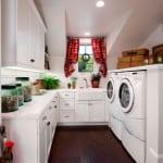 interessante waschküche-einrichtungsidee mit weißen küchenschränken und gestaltung mit pflanzen und fensterdeko mit roten gardinen
