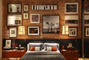 wandgestaltung schlafzimmer mit ziegelwand und kofpteil schwaru mit moderner bettwäsche und DIY Nachttisch aus Koffer als idee für moderne schlafzimmer einrichtung und gestaltung