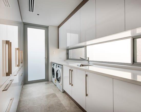 moderne waschk che einrichtung mit glasbandfenster freshouse. Black Bedroom Furniture Sets. Home Design Ideas