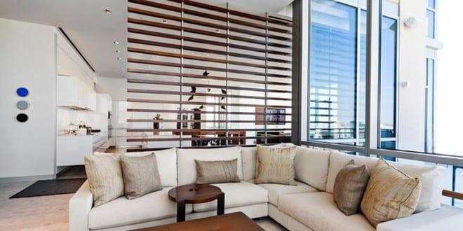 Moderne Wohnzimmer Einrichtung Und Dezente Raumtrennung Mit Raumteiler Aus  Holzlatten