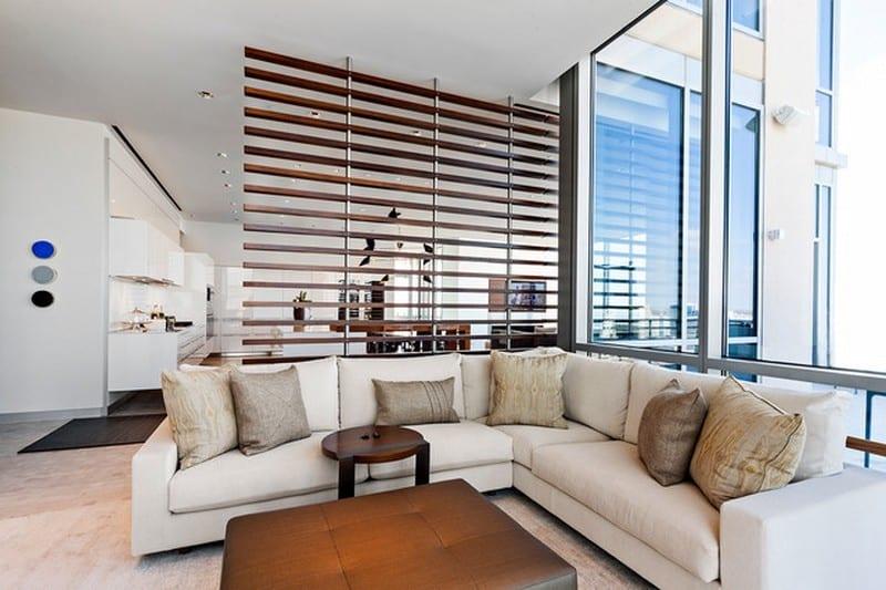 moderne wohnzimmer einrichtung und dezente raumtrennung mit raumteiler aus holzlatten freshouse. Black Bedroom Furniture Sets. Home Design Ideas