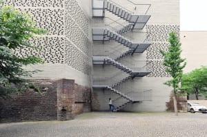 moderne ziegelfassade mit notausgangstreppe aus metall_museum kolumba