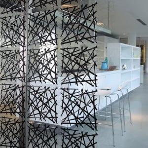 moderner raumteiler in schwarz als acryl vorhang für dezente taumtrennung