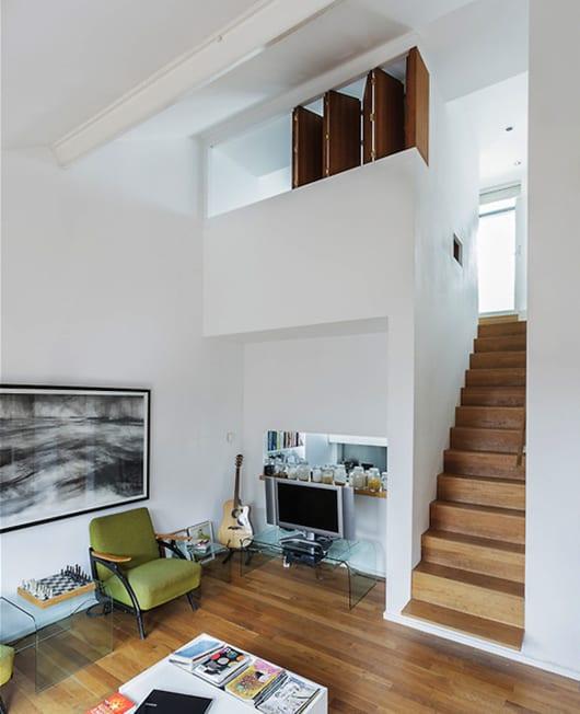 Moderne Schlafzimmer Aus Holz: Modernes-mezzanin-interieur-mit-innentreppe-aus-holz-und