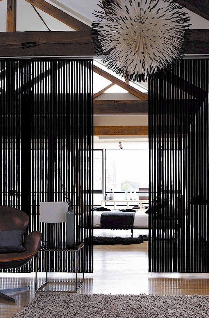 Schiebbare raumteiler schwarz f r moderne raumgestaltung wohnzimmer freshouse - Raumgestaltung wohnzimmer ...