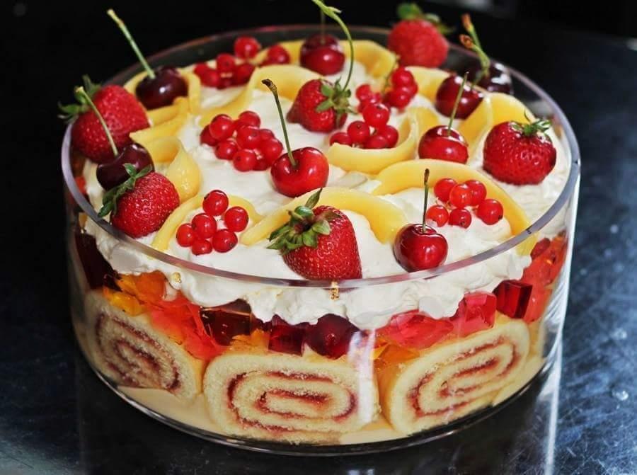 Schnelle Und Leckere Torte Mit Roll Kuchen Und Fruchten Als Idee Fur