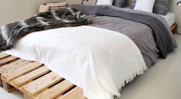 diy bett als doppelbett aus paletten f r kleine schlafzimmer mit dachschr ge freshouse. Black Bedroom Furniture Sets. Home Design Ideas