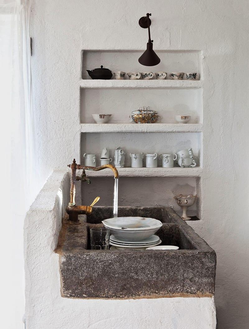 einrichtungsidee-für-rustikale-Küche-mit-Stein-Waschbecken-und ...