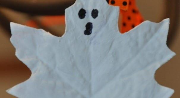 halloween deko selber machen als diy halloween geister aus blaettern freshouse. Black Bedroom Furniture Sets. Home Design Ideas