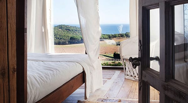 mediterranes-haus-am-see_modernes-schfzimmer-mit-Boden-aus-beton-und ...