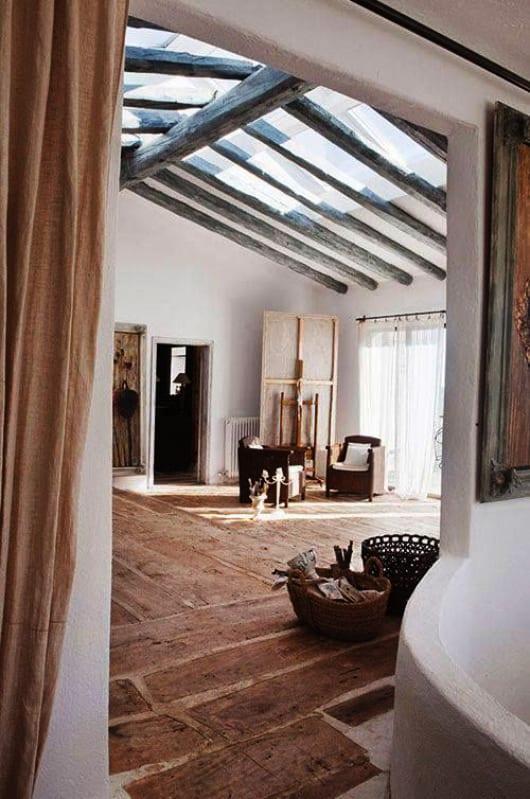 mediterranes wohnzimmer design mit holzbalken boden und sichtbarer holzsparrendachkonstrunktion. Black Bedroom Furniture Sets. Home Design Ideas