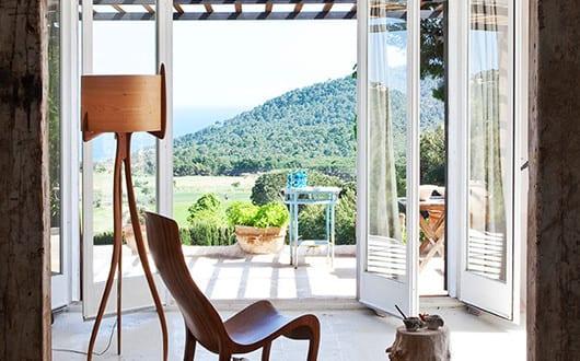 modernes-haus-am-hang-mit-modernem-Wohnzimmer-Design-und ...