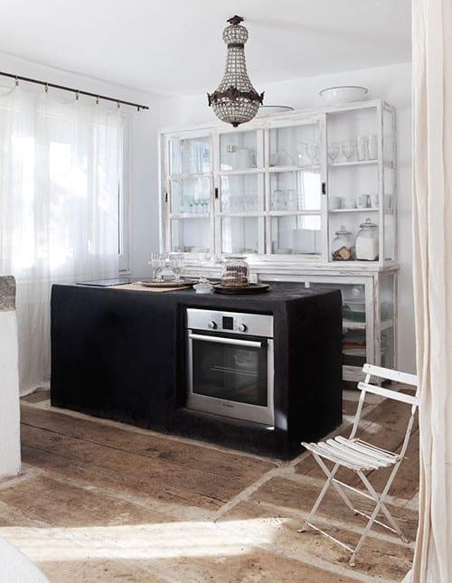 Rustikale Schränke rustikale küche mit kochinsel aus beton schwarz und rustikale schränke weiß aus holu und glas in