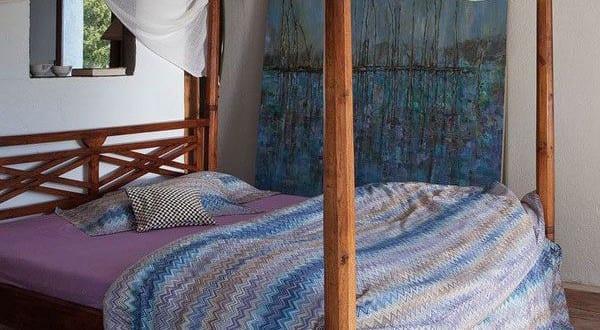 Schlafzimmer einrichten mit himmelbett aus holz und rustikalem boden aus balken und beton for Schlafzimmer einrichten 3d