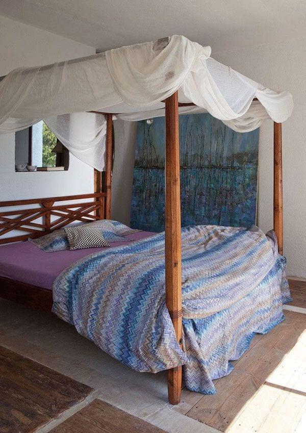 schlafzimmer einrichten mit himmelbett aus holz und rustikalem boden aus balken und beton. Black Bedroom Furniture Sets. Home Design Ideas