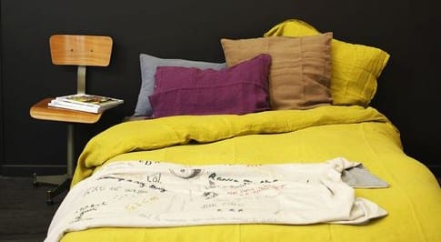 schlafzimmer farbe mit bettwäsche in gelb und wandfarbe ...