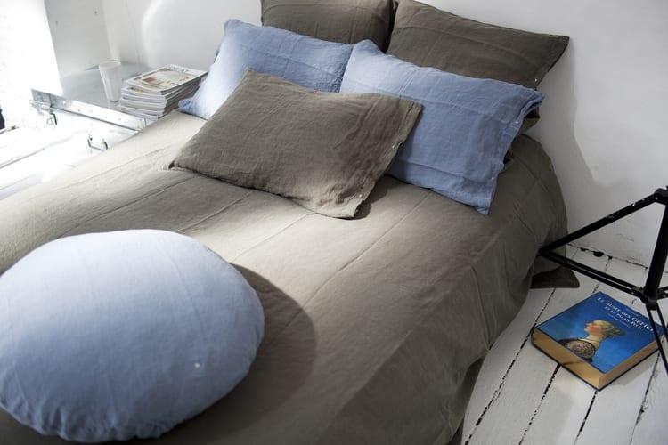 schlafzimmer gem tlich gestalten mit bettw sche in grau. Black Bedroom Furniture Sets. Home Design Ideas