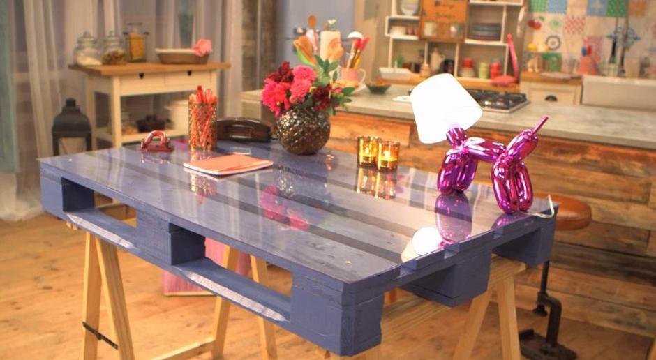 was kann man aus paletten bauen diy tisch aus europaletten mit glasplatte freshouse. Black Bedroom Furniture Sets. Home Design Ideas