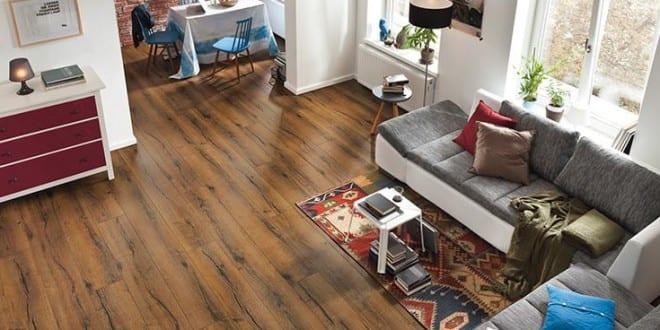 kleines wohnzimmer einrichten mit bodenbel ge wie laminat in holzoptik laminatb den f r. Black Bedroom Furniture Sets. Home Design Ideas