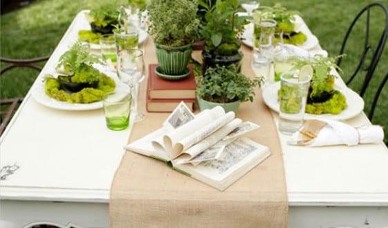 tisch decken mit tischl ufer und tischdeko idee mit b chern und bl bent pfen freshouse. Black Bedroom Furniture Sets. Home Design Ideas