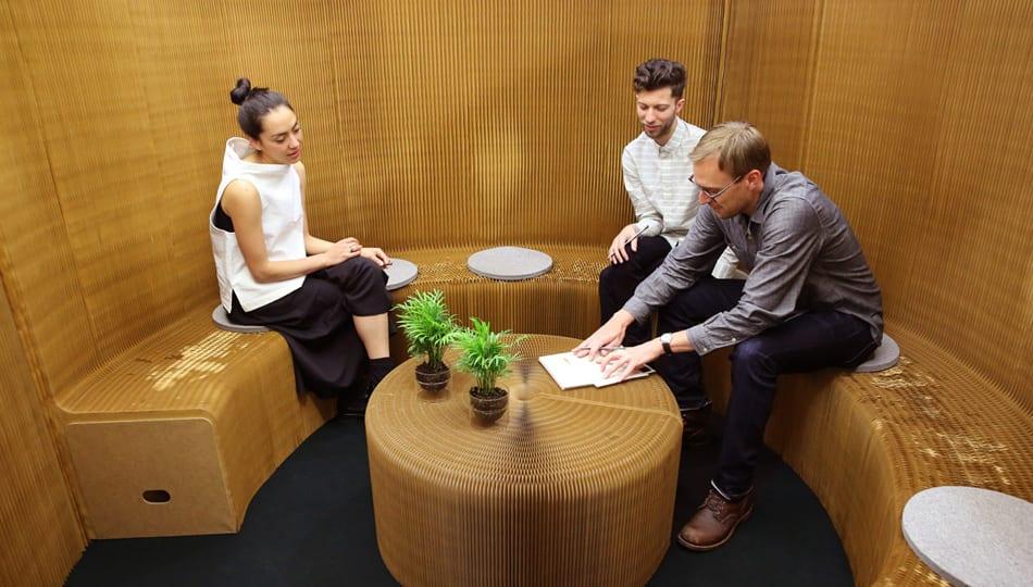 trennw nde mit sitzbank aus kraftpapier als coole. Black Bedroom Furniture Sets. Home Design Ideas