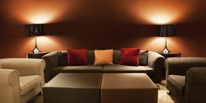 beleuchtungsideen f r wohnzimmer mit runden tischlampen als kreative wandgestaltung mit licht. Black Bedroom Furniture Sets. Home Design Ideas