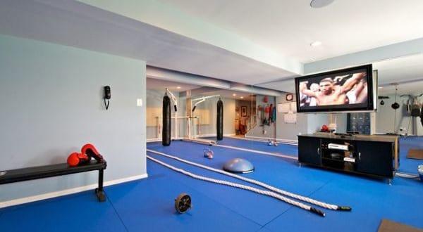 fitnessstudio einrichtungsideen fitness zu hause einrichten mit blauen matten und spiegelwand. Black Bedroom Furniture Sets. Home Design Ideas